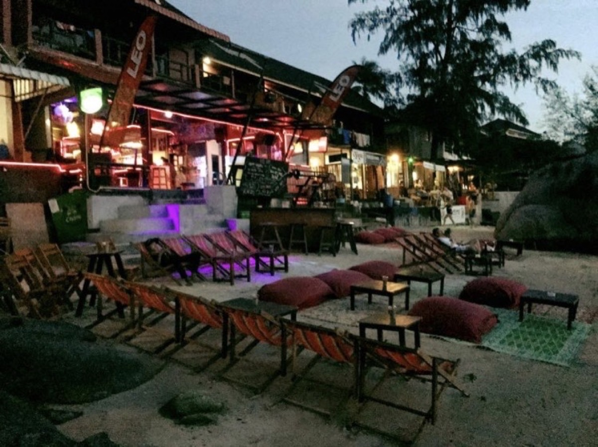 LEO Beach Bar by the Rock : Surat Thani