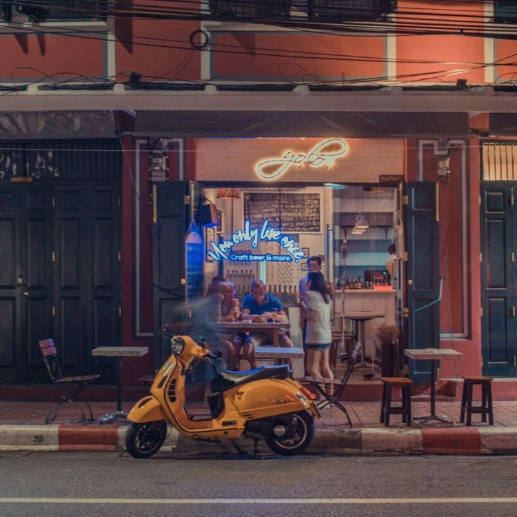 Yolo craft beer bar at Phra Athit Road : Khao San - Ratchadamnoen