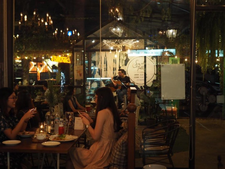 Small Talk cafe&hangout : Phattanakan - Srinakarin - Train Night Market Srinakarin - Bang Na - Ladkrabang