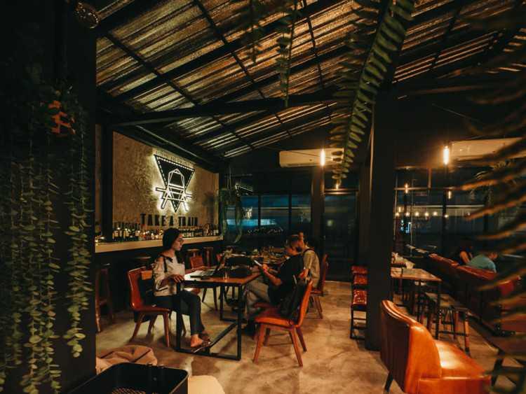 TAKE A TRAIN Rooftop Bar&Restaurant (เทคอะเทรน รูฟท๊อปบาร์) : Bangkok (กรุงเทพ)